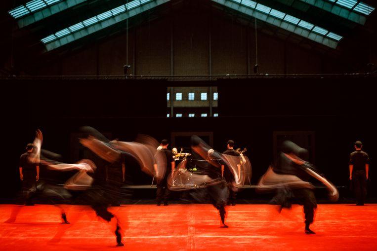 Spiritwalking van Sol León & Paul Lightfoot, door Nederlands Dans Theater en het Kronos Quartet, Holland Festival-voorstelling op locatie in het Food Center Amsterdam. Beeld Rahi Rezvani