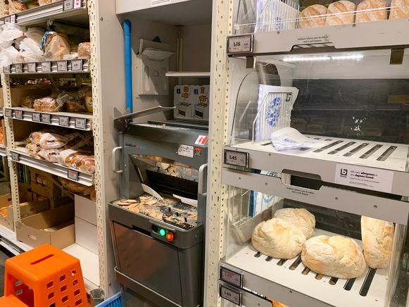 Broodsnijmachines in de supermarkt. Volgens huisarts en docent huisartsgeneeskunde Patrick Vankrunkelsven zijn ze mogelijke broeihaarden van besmetting. De sector belooft bijkomende maatregelen.