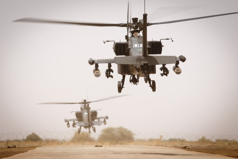 Nederlandse Apaches stijgen op van het vliegveld van Gao, in mei vorig jaar. Beeld ANP