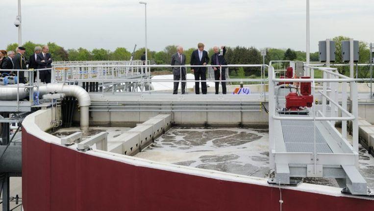 Koning Willem-Alexander bekijkt een waterzuiveringsinstallatie in Nederland Beeld anp