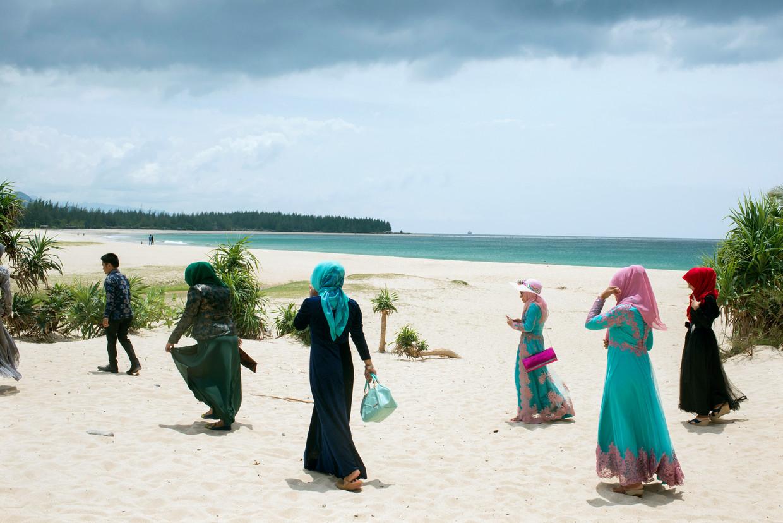 Strandtafereel uit 2015 in de buurt van Banda Atjeh, de hoofdstad van de Indonesische provincie Atjeh, waar in 2004 de tsunami toesloeg. Op deze plek hebben de jongeren geen last van de shariapolitie.