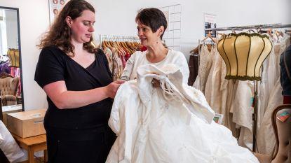 """Bruiden in de Kringloopwinkel: """"Een trouwjurk? Dat is dan 45 euro"""""""
