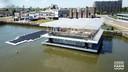 Naast de drijvende boerderij in Rotterdam ligt een zonnepark die de stroom levert.