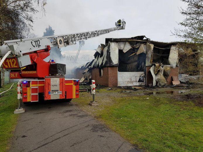 De Duitse brandweer is met groot materieel uitgerukt voor de schuurbrand aan de Schmuggelkamp.