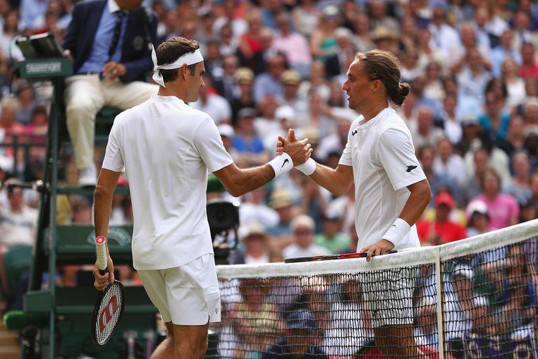 Federer met Dolgopolov na afloop van de (ingekorte) wedstrijd.