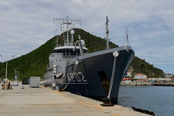 Marineschip Zr.Ms. Snellius wacht in de haven op manschappen en goederen.