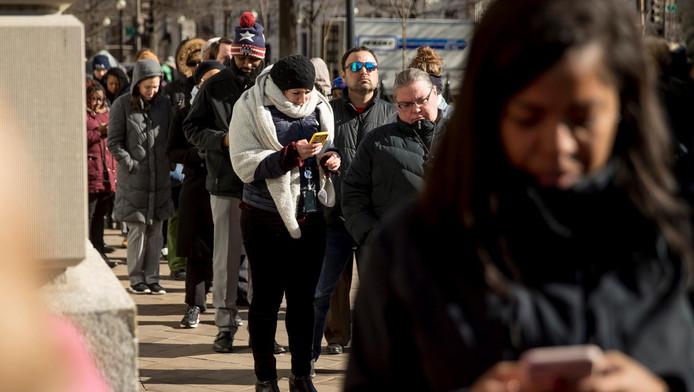 Les personnes affectées par le shutdown font la file pour recevoir des vivres dans une banque alimentaire ouverte vu les circonstances
