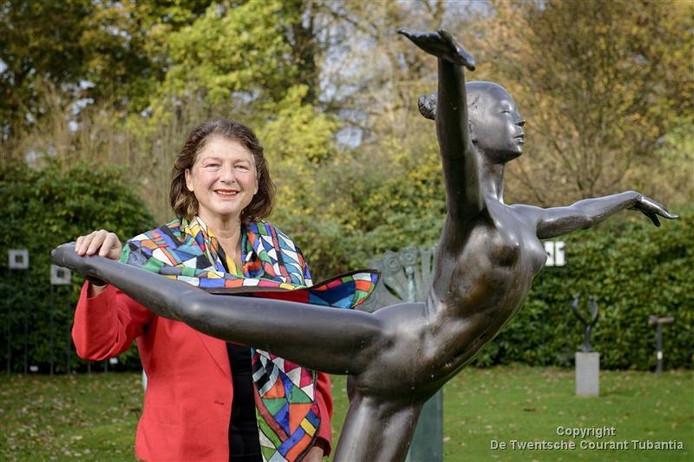 Marie-Louise Kersbergen in de beeldentuin van Groeneveld
