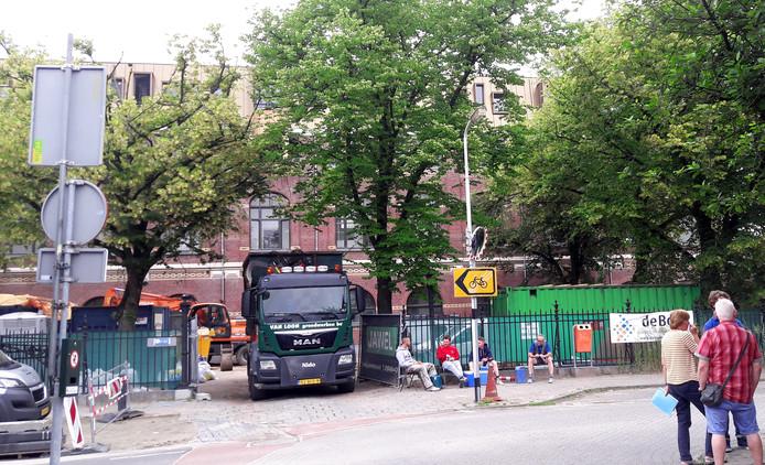 Bomen op bouwterrein aan Roosendaalse Nieuwstraat een week geleden. Foto Coen Hagenaars