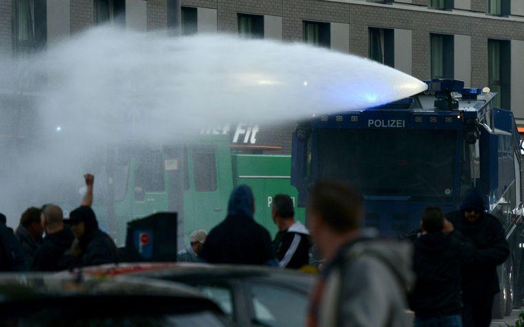 Een waterkanon wordt tijdens de demonstratie gebruikt om het geweld te bestrijden. Beeld afp