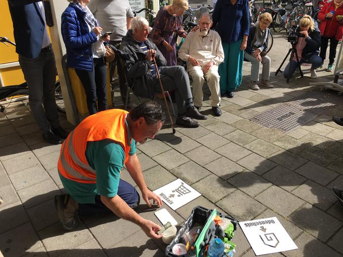 Een sjabloon wordt aangebracht op het trottoir bij Odensehuis Andante.