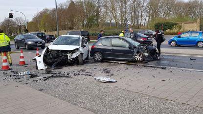 Frontale botsing aan station veroorzaakt verkeershinder