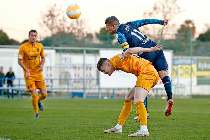 Bryan Linssen (r) in actie tegen Livingston .