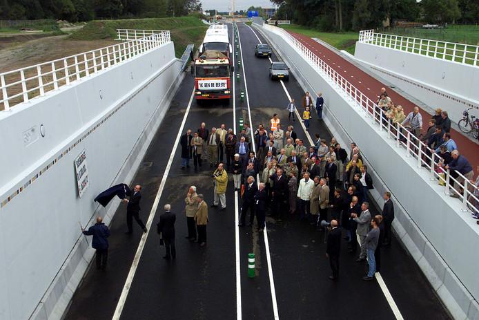 De opening van het eerste deel van de Rondweg in 2001. De provincie vreest dat het verkeer op de weg tegen 2030 helemaal vast gaat lopen.