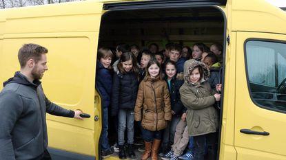 Prop eens 81 kinderen in bestelwagen