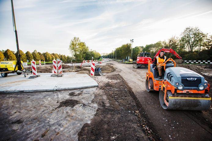 De aanleg van de nieuwe rotonde duurt langer dan verwacht.