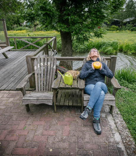 Marieke krijgt tranen in haar ogen op een bijzonder rustpunt in Polsbroek
