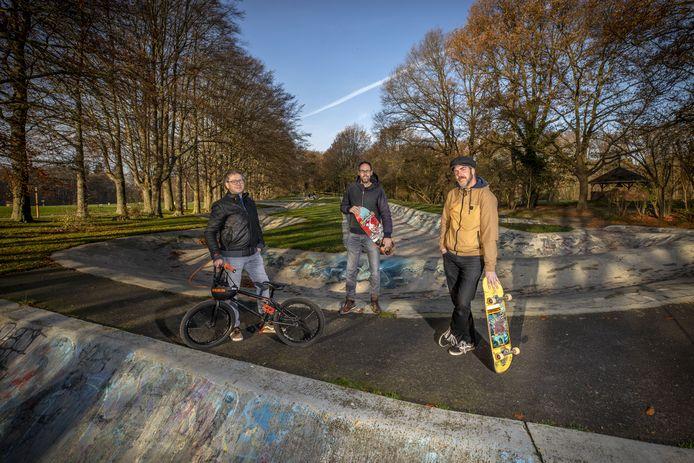 Jos Wissink, Rob Beverdam en Tjeerd Derkink (vanaf links) op de skatebaan op het Hulsbeek.