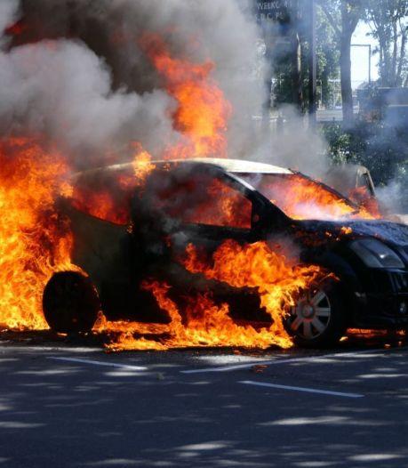 Bestuurder krijgt schrik van z'n leven: auto vliegt al rijdend in brand in Putten