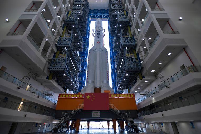 Een Chinese Long March-5 raket word klaar gemaakt om naar Mars geschoten te worden. Beeld AP