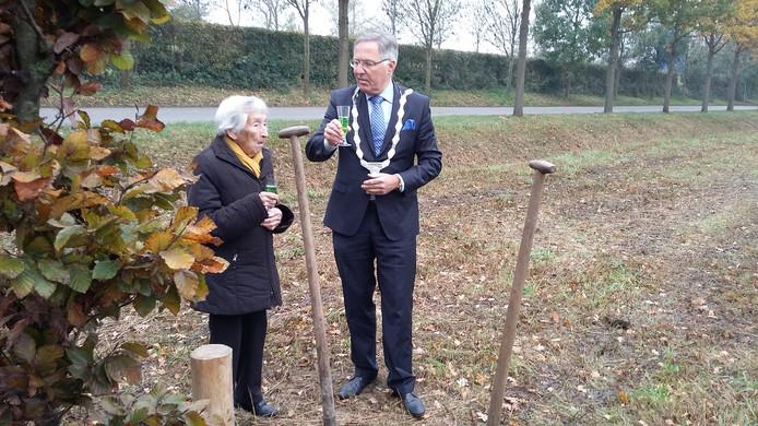 Burgemeester Gerard Rabelink plantte de beuk samen met Aat in het park aan het Kaeskenswater in Zierikzee.