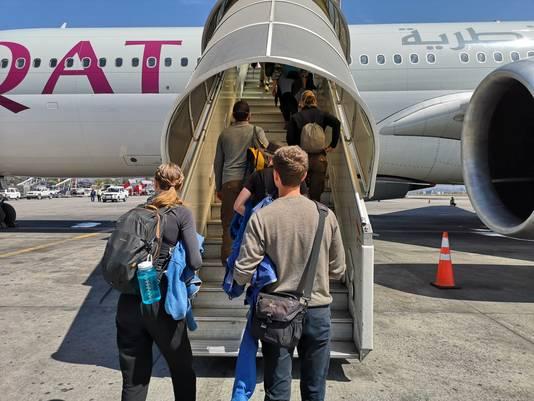 Sander Zuidhof bij het vliegtuig dat hem van Nepal naar Duitsland vloog.