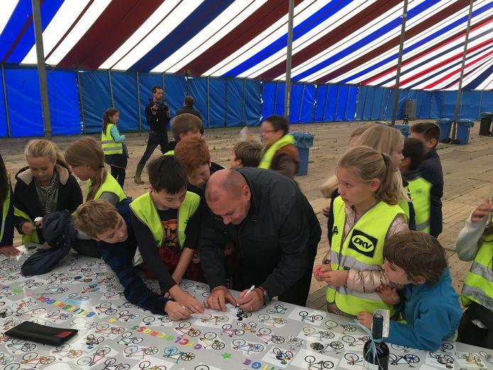 Roland Liboton wordt door de kinderen overspoeld.