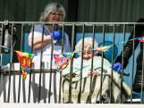 100-jarige Thea viert verjaardag met familie op hoogwerker