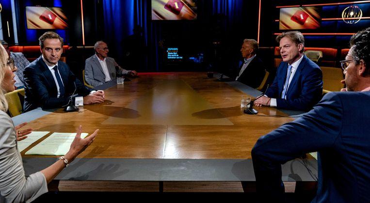 Lijsttrekkerskandidaten Hugo de Jonge (links) en Pieter Omtzigt met presentatoren Erik Dijkstra en Willemijn Veenhoven in de studio van talkshow Op1.  Beeld ANP/Sander Koning
