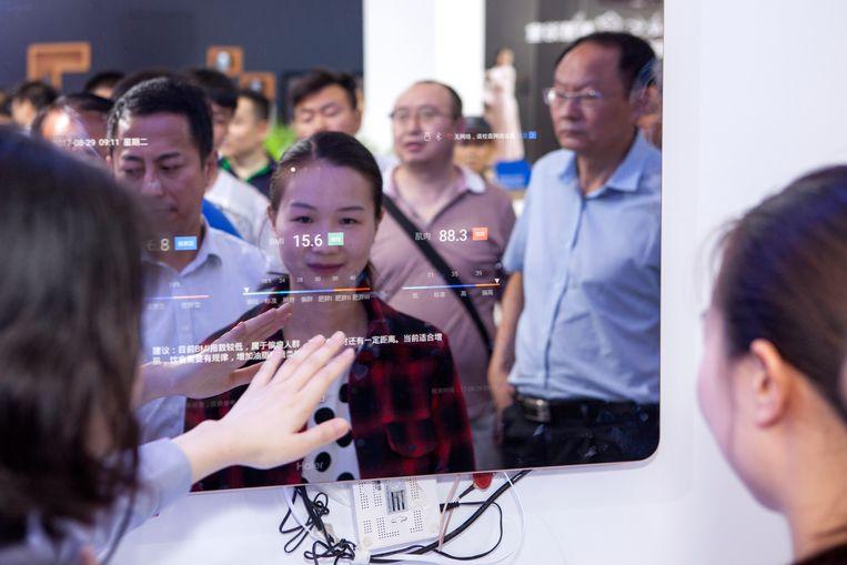 Een badkamerspiegel die gezondheidsadvies verschaft op de Wereldintelligentie-conferentie in Tianjin.