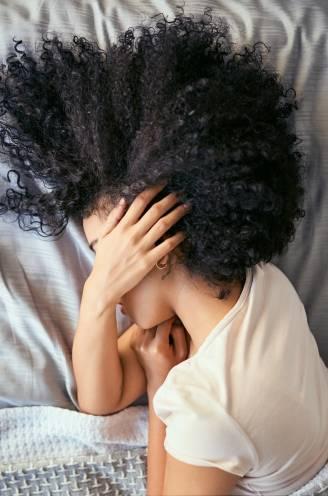 """Moeite met slapen? Neuroloog deelt 11 tips en 2 bv's vertellen over hun slaapproblemen: """"In een paar maanden tijd was ik een wrak"""""""