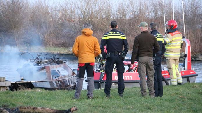 Een boot is maandagmiddag in brand gevlogen na een explosie op het water aan het strandje de Laakse Hoek. Wat er precies speelt is onbekend.