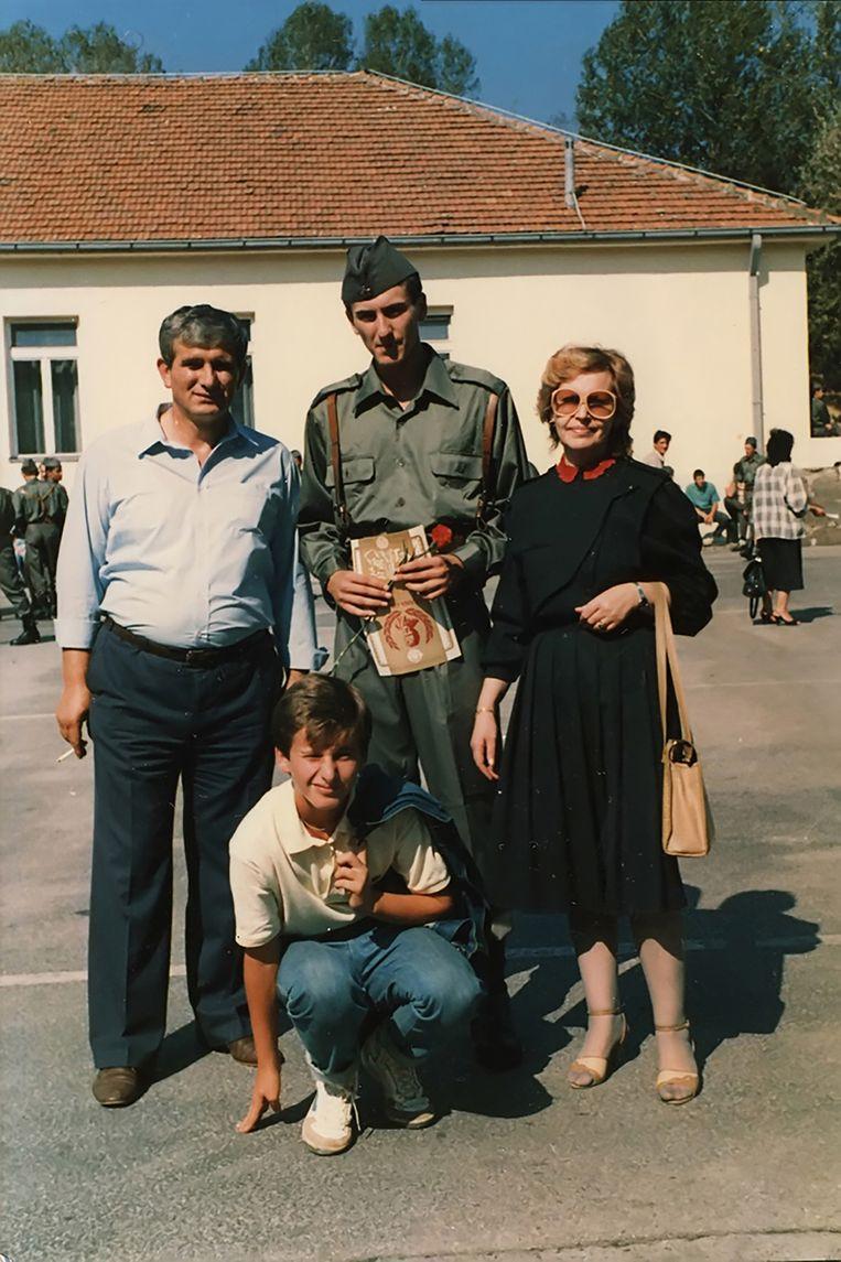 Het gezin Nuhanovic in 1987. De toen 19-jarige Hasan (boven midden) voerde destijds de verplichte militaire dienst in het Joegoslavische leger uit. Beeld Familiearchief Hasan Nuhanovic