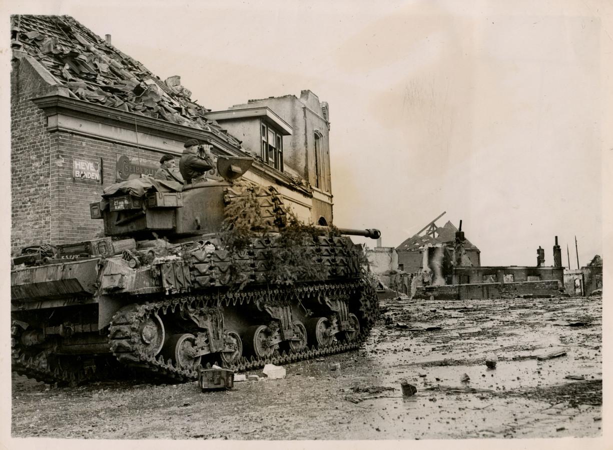 Een Poolse tank rolt door de straten van Alphen.