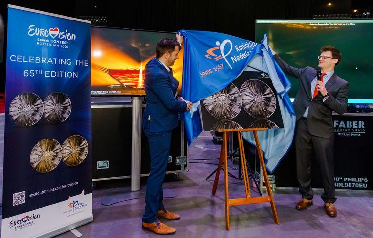 Hoofdproducent Sietse Bakker (links) presenteerde vorige week nog een ontwerp voor een Songfestival-munt. Beeld ANP