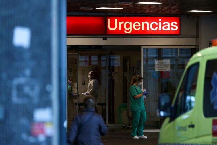 Medisch personeel aan de spoedingang van  La Paz hospitaal in Madrid.