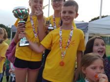 Bloemen en medailles bij finish Vughtse avondvierdaagse
