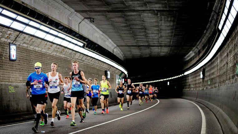 Deelnemers van de Dam tot Damloop vorig jaar in de IJtunnel Beeld anp