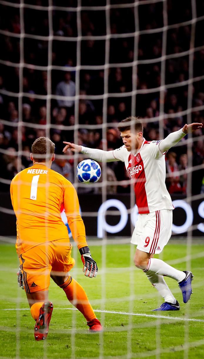 Klaas-Jan Huntelaar komt gevaarlijk voor Manuel Neuer. Hij legt de bal af op Tagliafico die de 3-3 erin schuift.