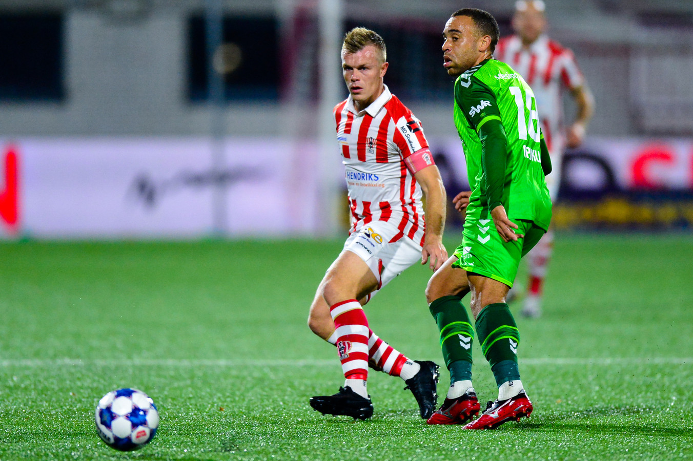 Lion Kaak (links) kon de ploeg waar hij in het verleden zelf voor speelde en waar hij op dit moment jeugdtrainer is niet verrassen. TOP Oss verloor van De Graafschap.
