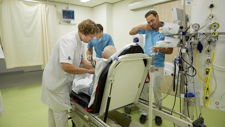 Medisch personeel aan het werk in het Albert Schweitzer ziekenhuis in Dordrecht. Beeld anp