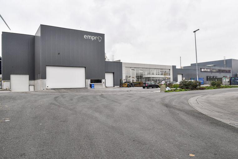 Empro verwerkt op het industrieterrein pluimen van kippen tot een basis van huisdierenvoeding en cosmetica.