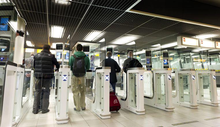 Een 'ouderwetse' paspoortcontrole op de Nederlandse luchthaven Schiphol. Beeld EPA