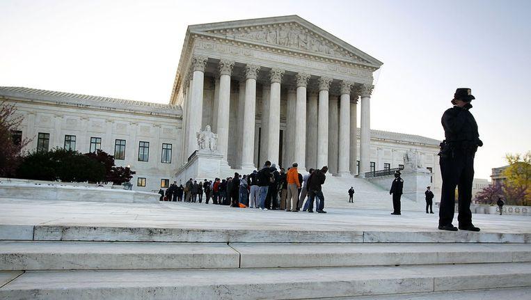 Maart 2012: toeschouwers voor een hoorzitting over Obamacare wachten in een rij voor het Amerikaans hooggerechtshof in Washington D.C. Beeld AFP