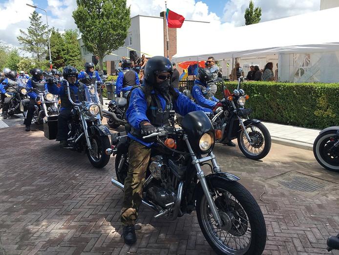 Motorrijders wachten in de Rijnstraat in Middelburg op het startsein.