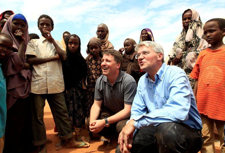De Britse minister voor Ontwikkelingssamenwerking Andrew Mitchell (midden) bezoekt in 2011 met topman Justin Forsyth van Save the Children een vluchtelingenkamp bij de grens tussen Kenia en Somalië.  Beeld Reuters