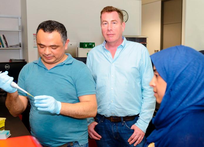 Wim Meijer te midden van Raul Miranda uit Mexico en Nouf Alali uit Saudi-Arabië uit zijn onderzoeksgroep.