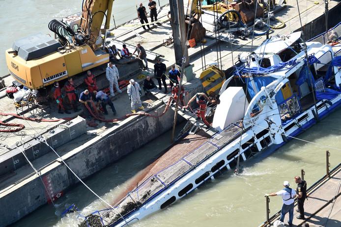 Reddingswerkers in actie bij de gekapseisde toeristenboot op de Donau.