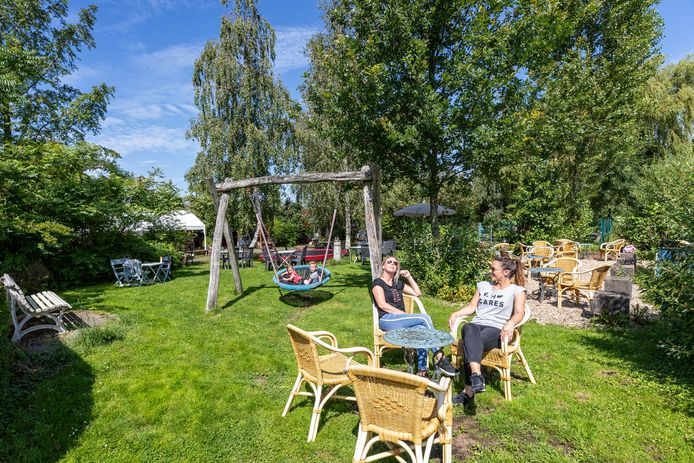 Linda Veldkamp en Angela Blanken uit Alphen genieten van de tuin van Theetuin 't Woutje.