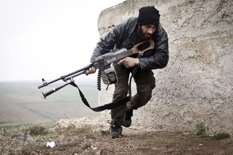 Een rebel van het Vrije Syrische Leger in Azaz, december 2012. Beeld ap